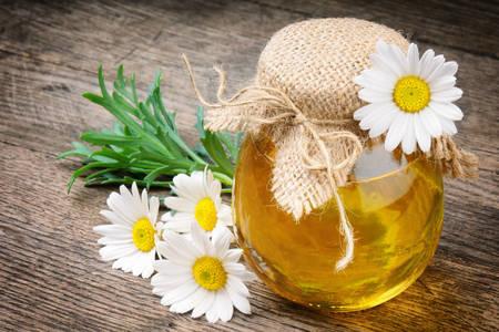 Βάζο με μέλι και χαμομήλι