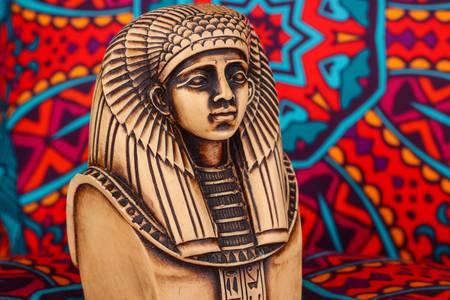 Statua faraona na šarenoj pozadini