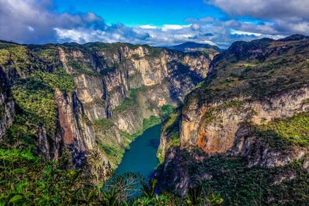 Sumidero Kanyonu'ndaki Grihalva Nehri'nin görünümü