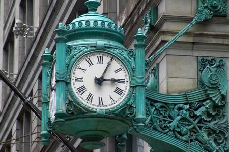 Viejo reloj en la esquina de la calle