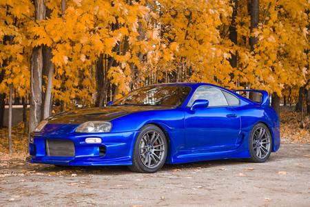 Синій спорткар