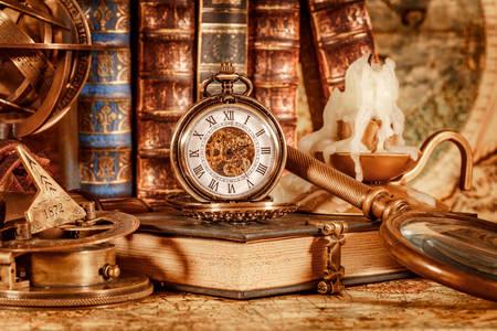 Starožitné knihy, kompasy a vreckové hodinky