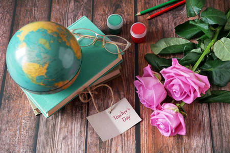 Книги, глобус и рози на масата