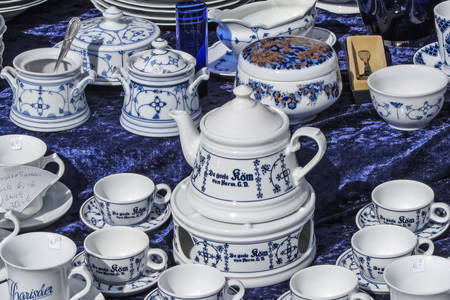 Serviço de porcelana em um mercado de pulgas