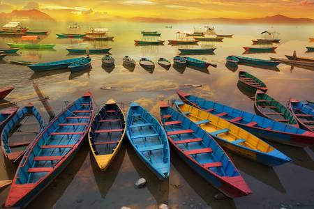 Barche al tramonto sul lago Phewa
