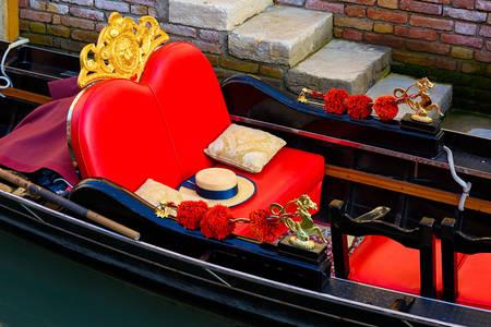 Gondola z czerwonym krzesłem