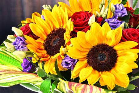 Слънчогледи и рози