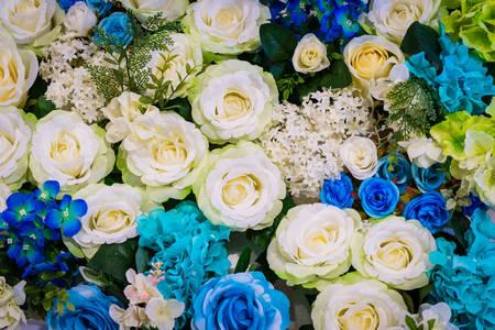 Kytice bílých a modrých květů
