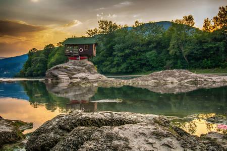 Haus auf dem Skerry am Fluss Drina