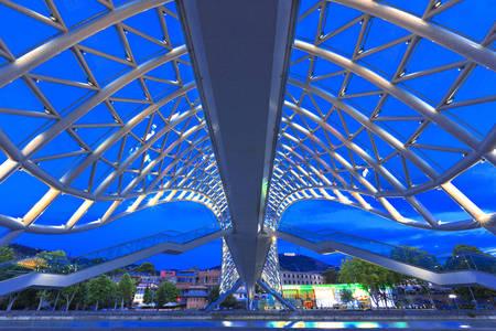 Tiflis'teki Barış Köprüsü'nün çelik çerçevesi