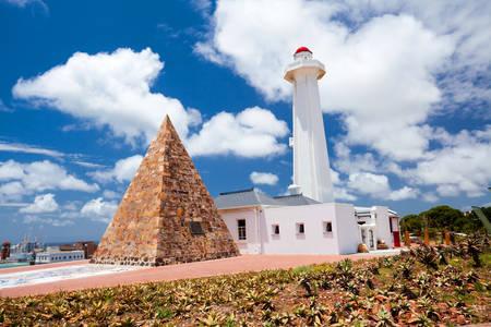 Oude vuurtoren en piramide in Port Elizabeth