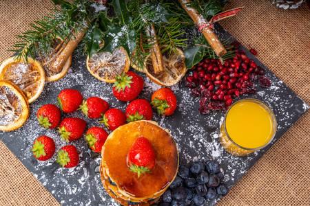 Panquecas com mirtilos e morangos