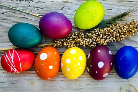 Αυγά Πάσχας στο ξύλινο υπόβαθρο