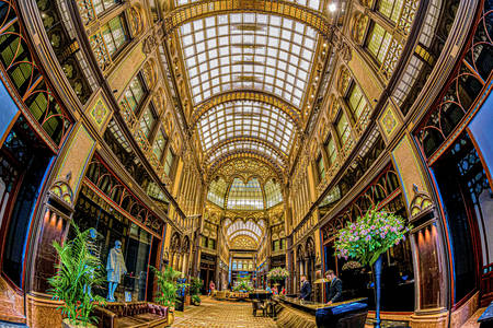 """Interieur van de """"Parijse binnenplaats"""" in Boedapest"""