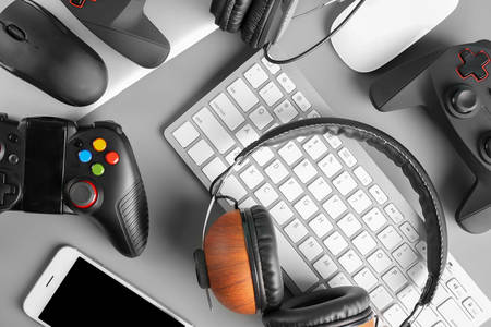Gamepads, headphones and keyboard