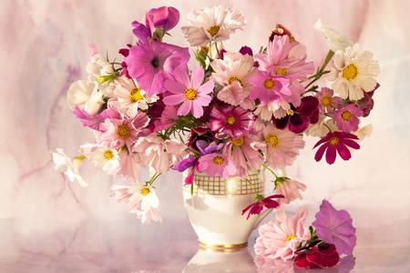 Un mazzo di fiori di campo in tavola
