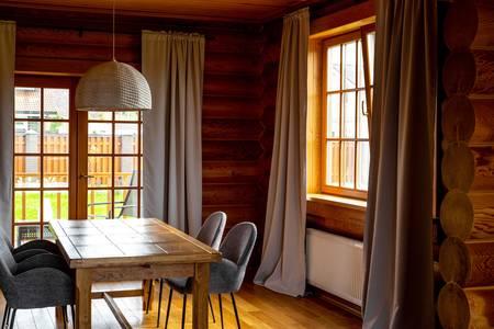 Woonkamer in een houten huis