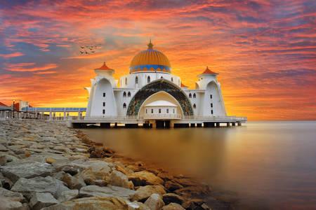 """Gün batımında """"Selat Melaka"""" Camii"""