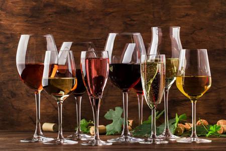 Вино в бокалах на деревянном столе