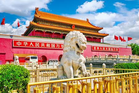 Esculturas de leões em frente ao Portão da Paz Celestial