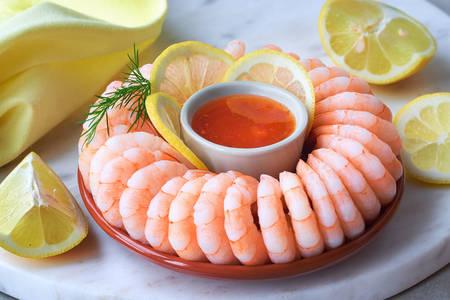 Garnelen mit Soße und Zitrone