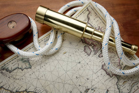 Mapa, ďalekohľad a námorné lano