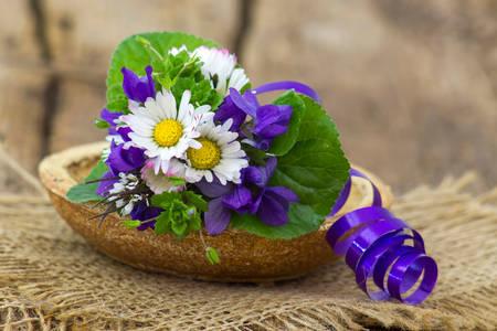 Buchet de margarete și violete
