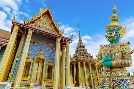 Страж біля воріт храму Ват Пхра Кео