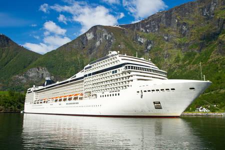 Круизный лайнер в норвежском фьорде